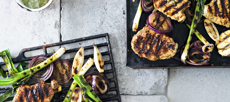 Grillatut possupihvit ja kapris-parmesaanivinegretti