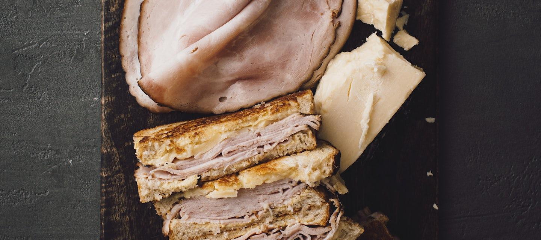 Cheese melt sandwich eli lämpimät kinkku-juustoleivät