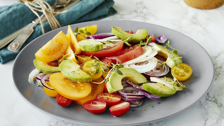 Sipulinen tomaatti-avokadosalaatti