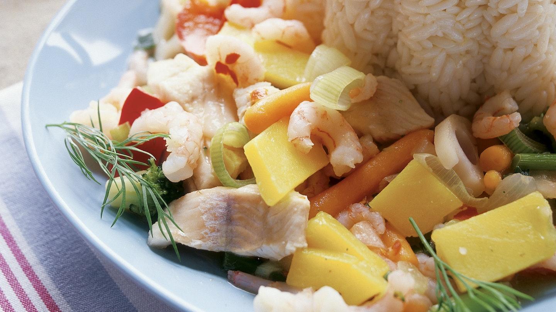 Värikäs kala-vihanneswokki ja sitruunariisi