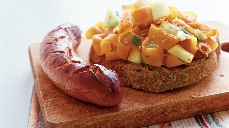 Nopea porkkana-omenawokki ja grillimakkaroita