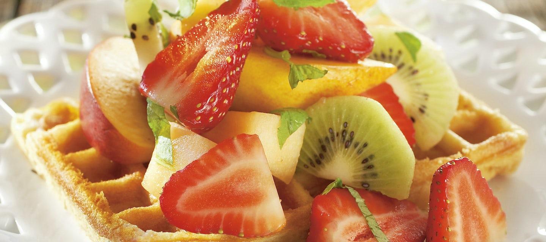 Vohvelit ja mansikkasalaatti