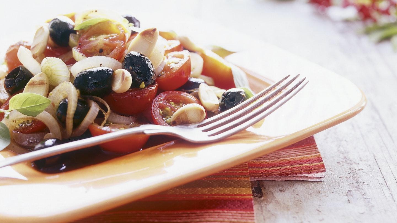 Lämmin tomaatti-sipulisalaatti