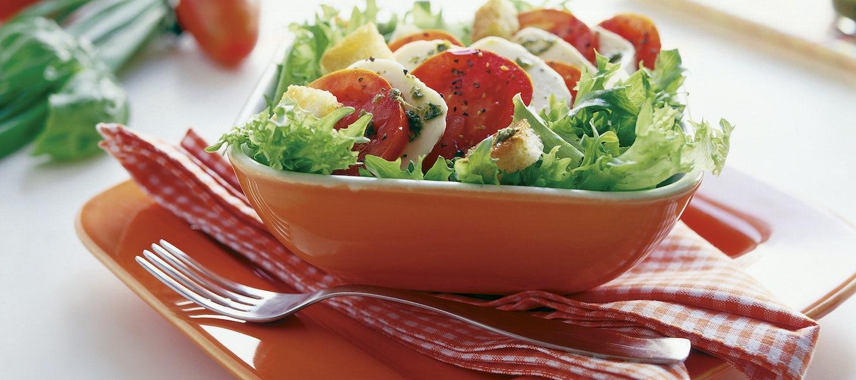 Rapea tomaatti-mozzarellasalaatti
