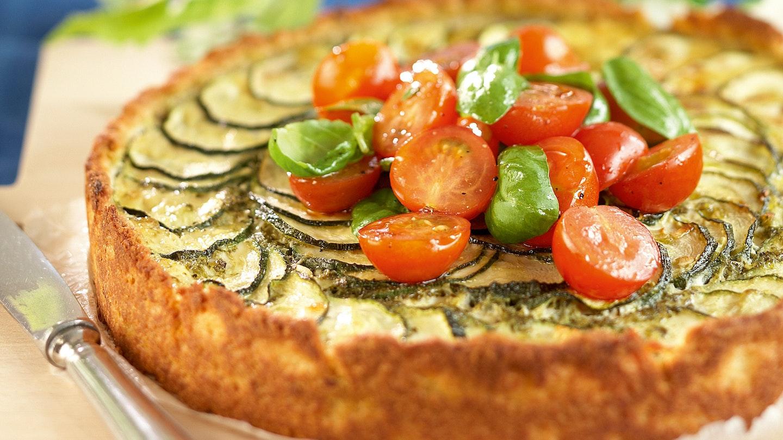 Kesäkurpitsa-fetapiirakka ja marinoidut tomaatit