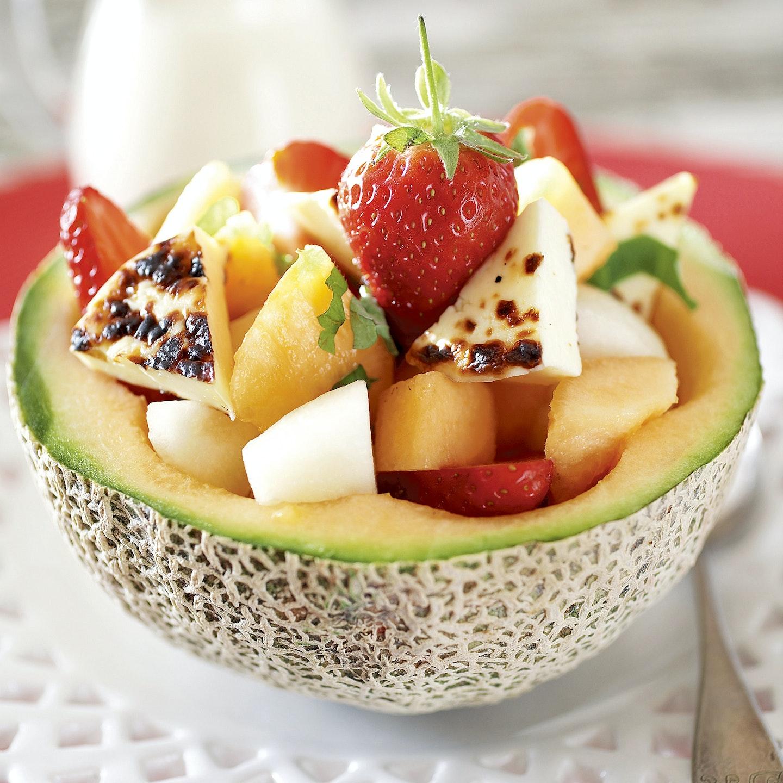 Juustoleipä-meloni-mansikkasalaatti