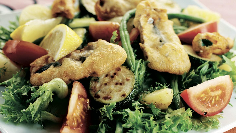 Frittisilakoita ja -chilejä salaatissa