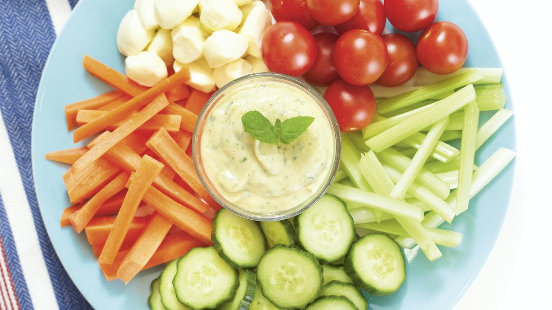 Kasvismyrsky ja avokado-jogurttidippi
