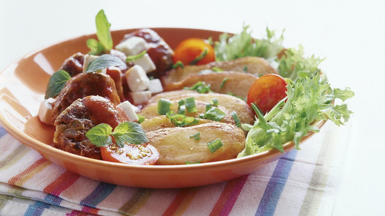 Kreikkalaiset lihapullat ja feta-tomaattikastike