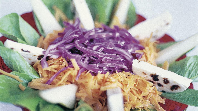 Värikäs punakaali-juustosalaatti