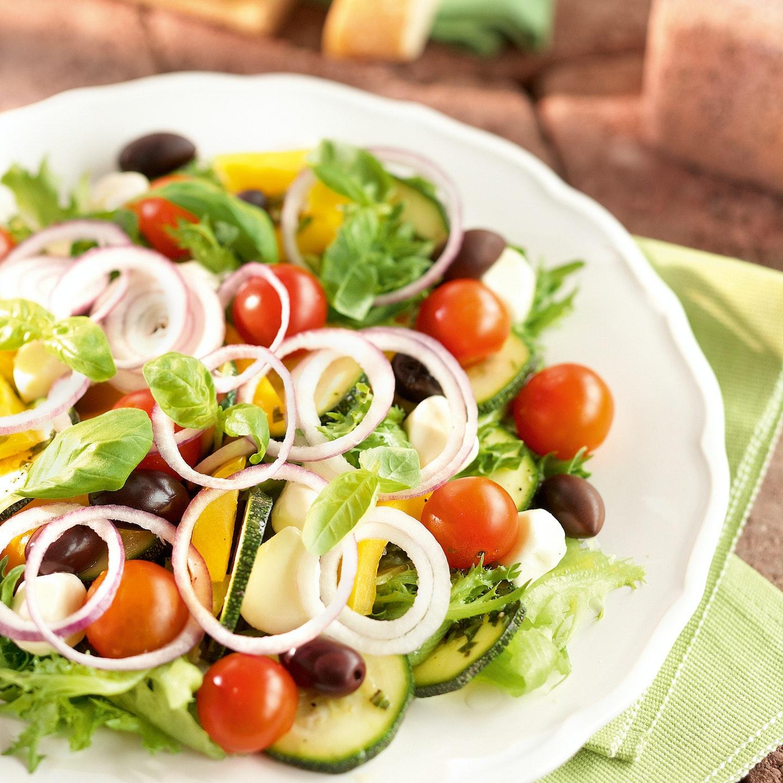 Mozzarella-kesäkurpitsasalaatti