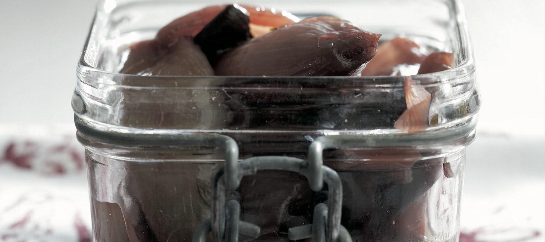 Sieniä ja sipulia punaviinimarinadissa