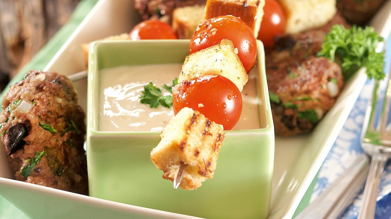 Oliivi-jauhelihapihvit ja tomaatti-leipävartaat