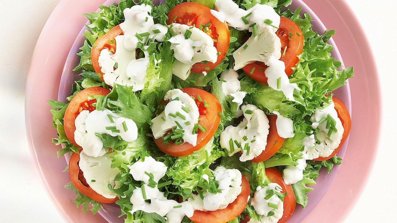 Kukkakaali-tomaattisalaatti