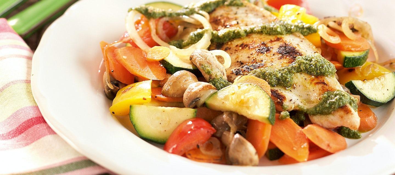 Broileria, vihanneksia ja salsa verdeä