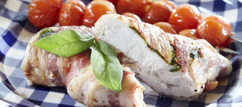 Pekoni-broilerikääröt ja grillitomaatit