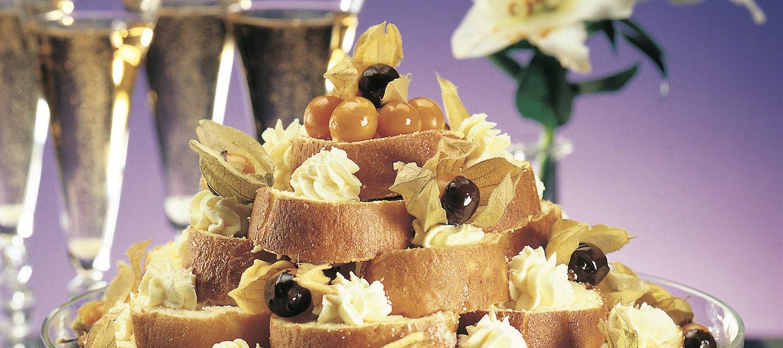Mangotäytteinen kääretorttutorni