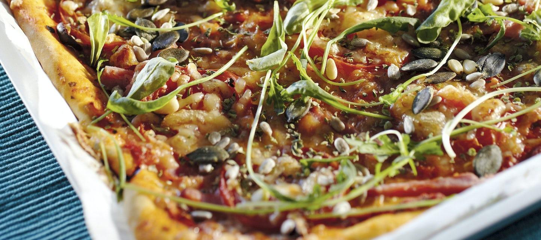 Kinkku-tomaatti-rucolapizza, pellillinen