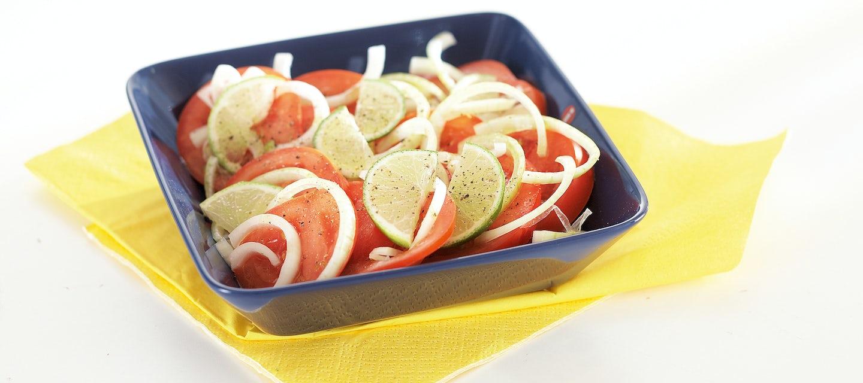 Limettinen tomaatti-sipulisalaatti