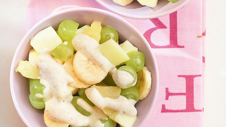 Hedelmäsalaattia ja ruis-pähkinäjogurttia