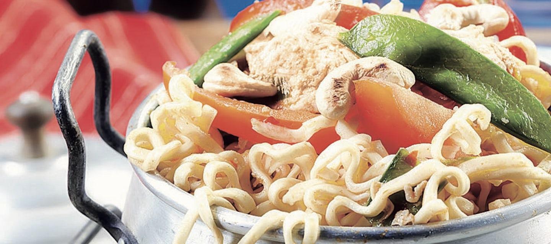 Thaimaalainen broileri-kasviswokki