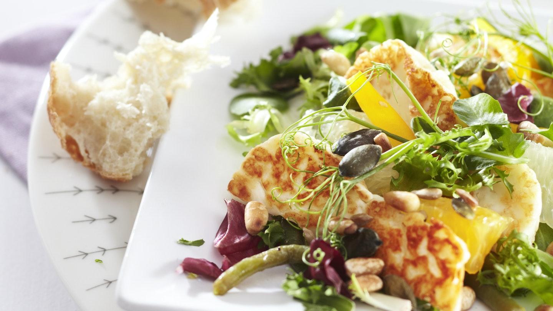 Halloumi-sitrussalaatti