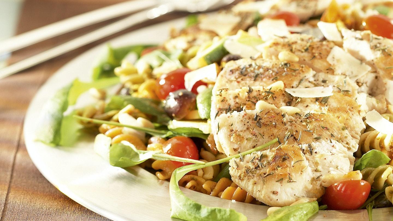 Broileripihvit ja värikäs kasvis-pastasalaatti