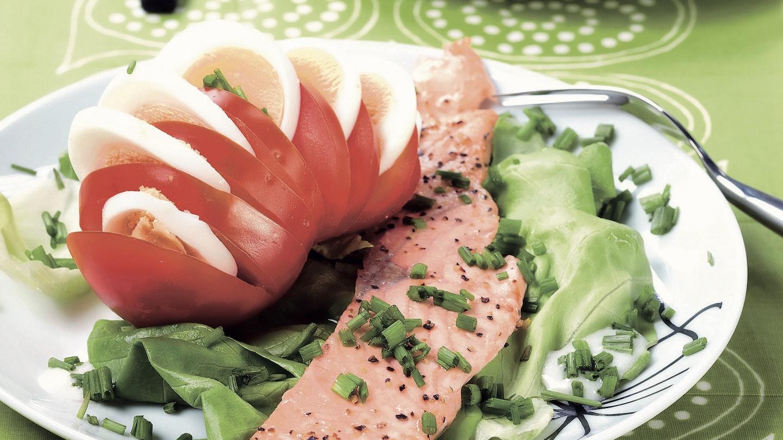 Paistetut lohiviipaleet ja tomaatti-munasalaatti