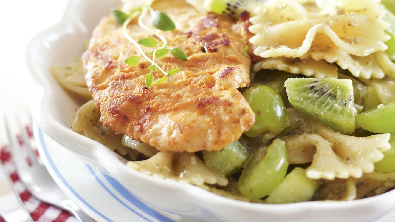 Broileripihvit ja vihreä pastasalaatti