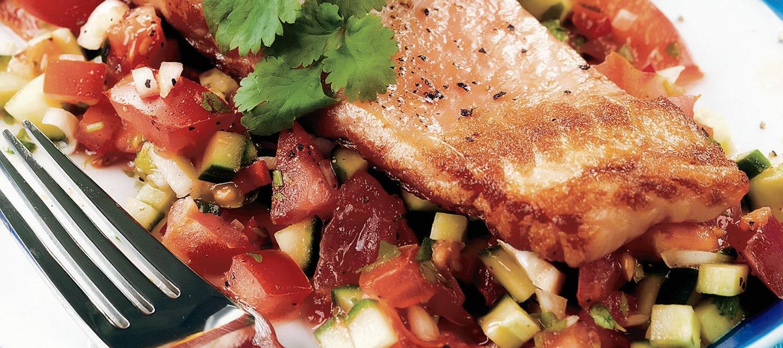 Paistettu lohi ja kurkku-tomaattisalsa