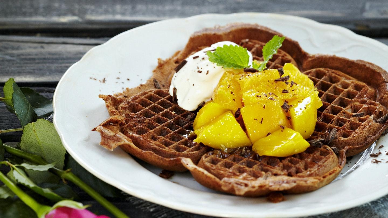 Suklaavohvelit ja mangosalaatti