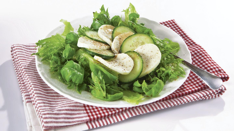 Kurkku-mozzarellasalaatti