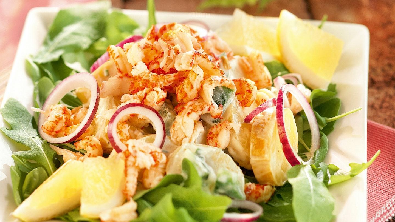 Caesar-perunasalaatti ja ravunpyrstöjä