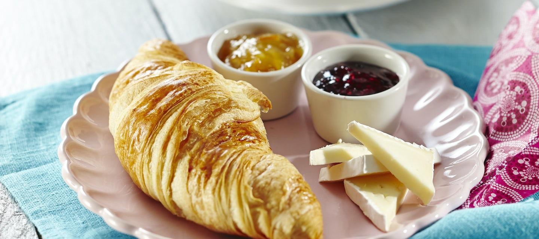 Croissantit briejuustolla ja hillolla