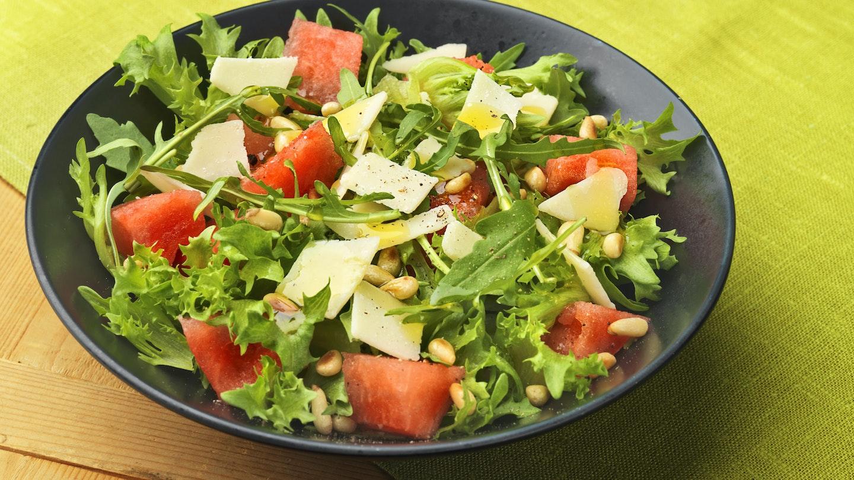 Vesimeloni-juustosalaatti