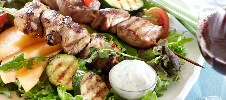 Grillattua possunfileetä salaattipedillä