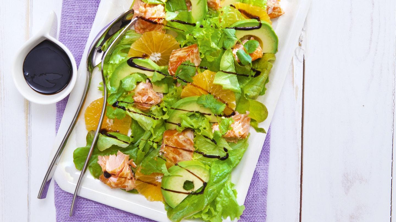 Klementiini-avokado-lohisalaatti