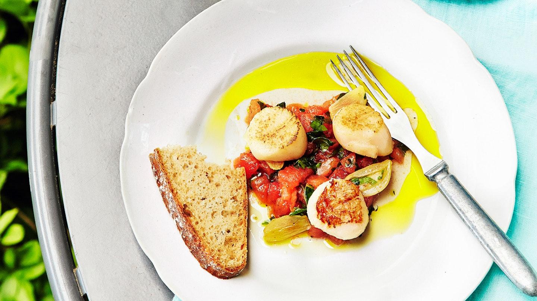 Paistetut kampasimpukat ja tomaattivinegretti