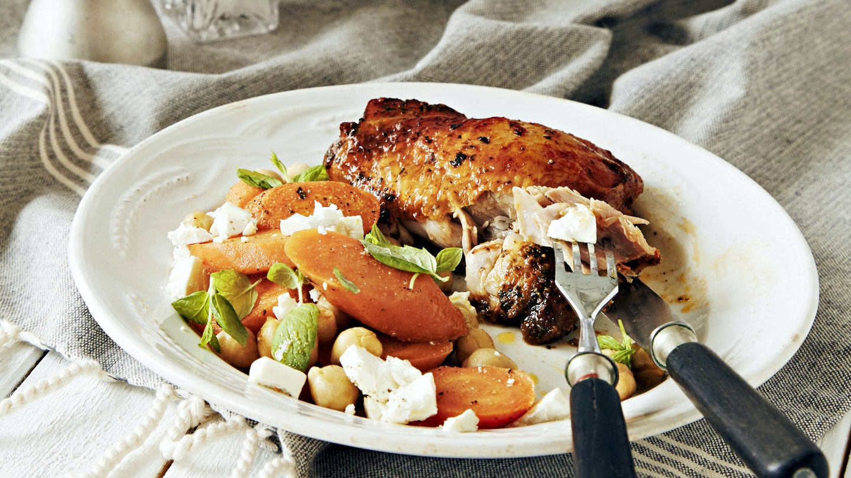 Uunibroileri ja porkkana-kikhernesalaatti