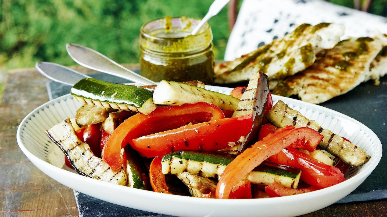 Broileri, pistaasipesto ja grillatut kasvikset
