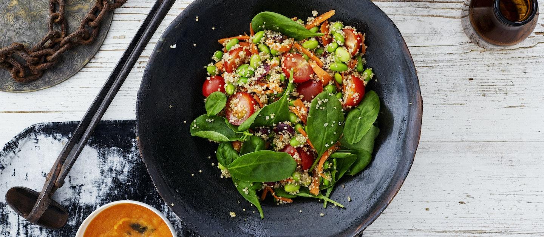 Kvinoasalaatti ja porkkana-misokastike