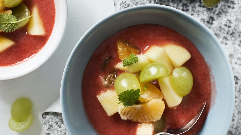 Hedelmäsalaatti ja mansikkakastike