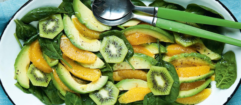 Avokado-appelsiini-pinaattisalaatti