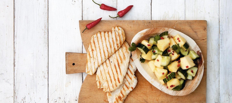 Minuuttipihvit ja ananas-kurkkusalaatti