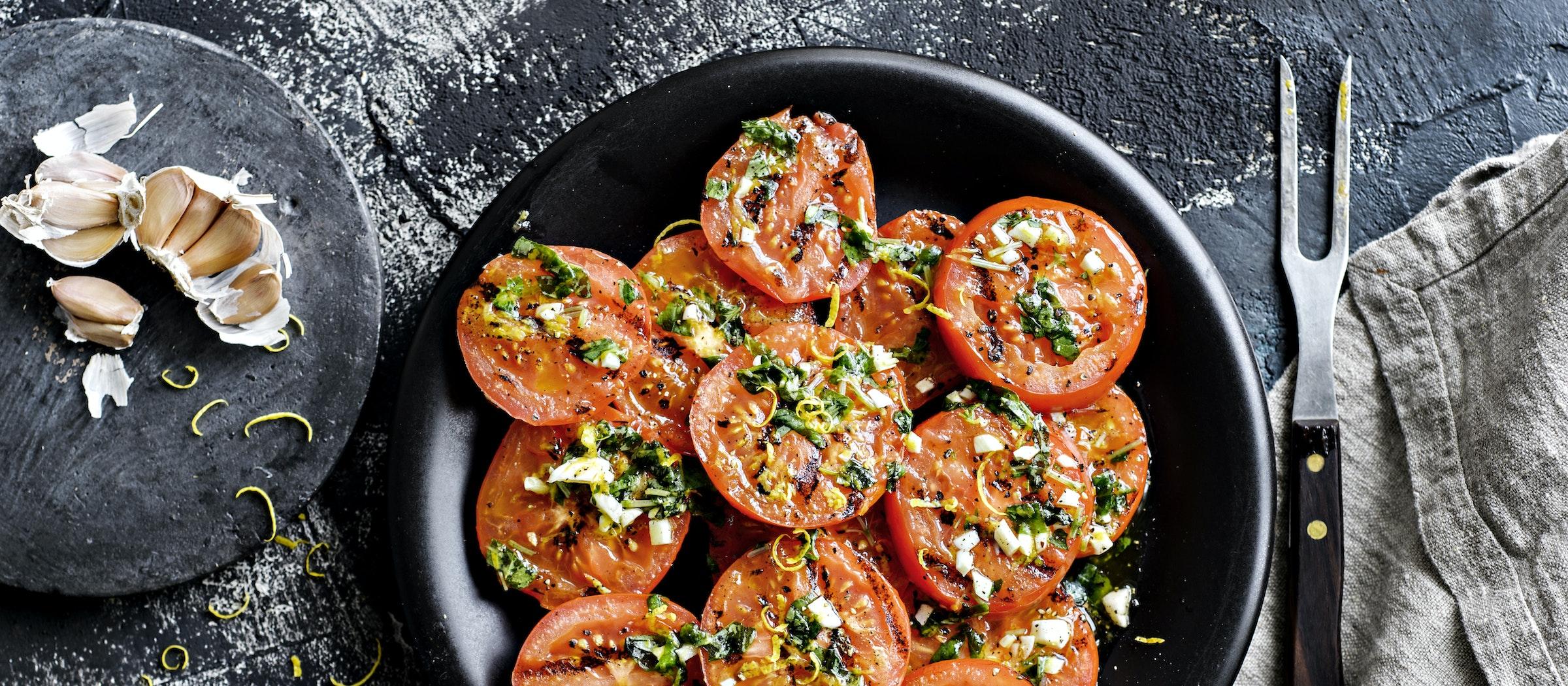 Grillattu tomaattisalaatti   Lisäkkeet   Reseptit – K-Ruoka