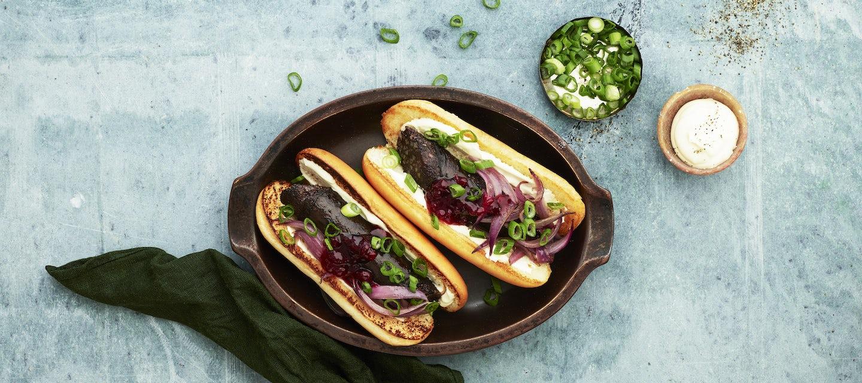Mustamakkara-hotdog