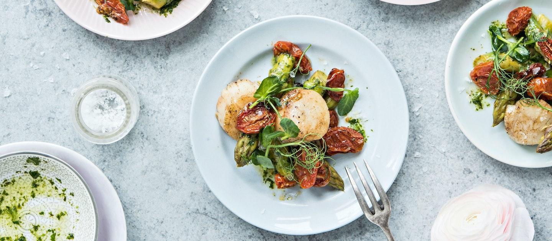 Kampasimpukat ja paahdettu miniluumutomaatti-parsasalaatti