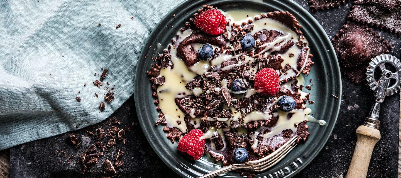 Suklaaraviolit ja valkosuklaakastike