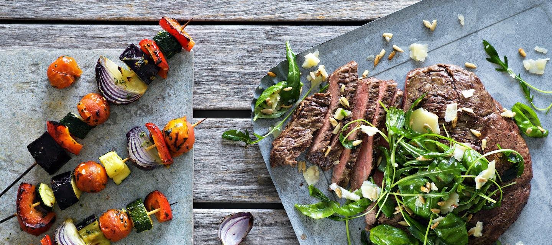 Grillattu flank steak ja ratatouille-vartaat