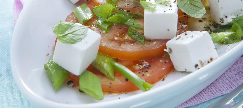 Tomaatti-vuohenjuustosalaatti